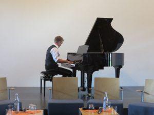90 Jahre St. Matthias: Martin Mösenlechner (Klasse 12) untermalt den Festakt mit virtuosem Spiel am Klavier