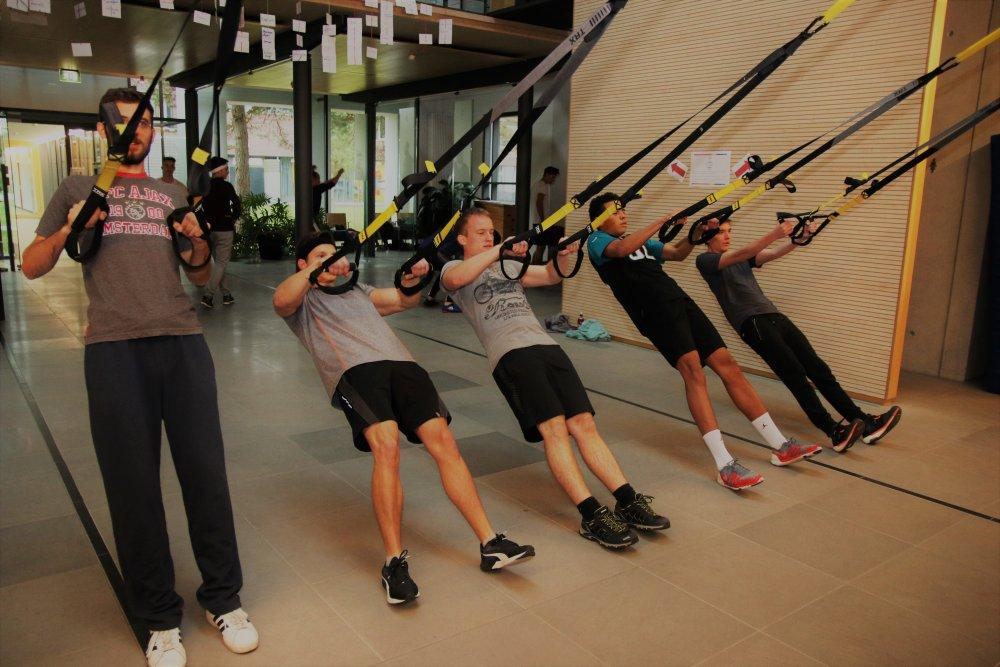 Okt. 2017: Unsere Schüler hängen nicht in den Seilen, sondern verbessern ihre Fitness unter professioneller Anleitung. (Foto: Röder)