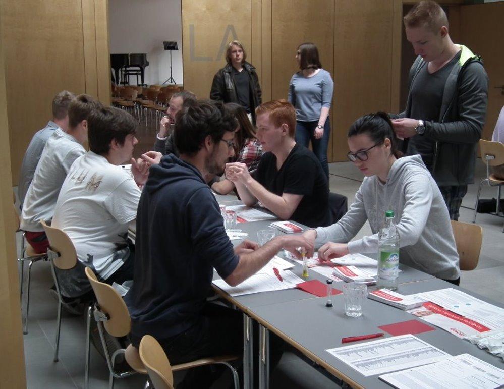 Schüler lassen sich als Stammzellenspender registrieren.