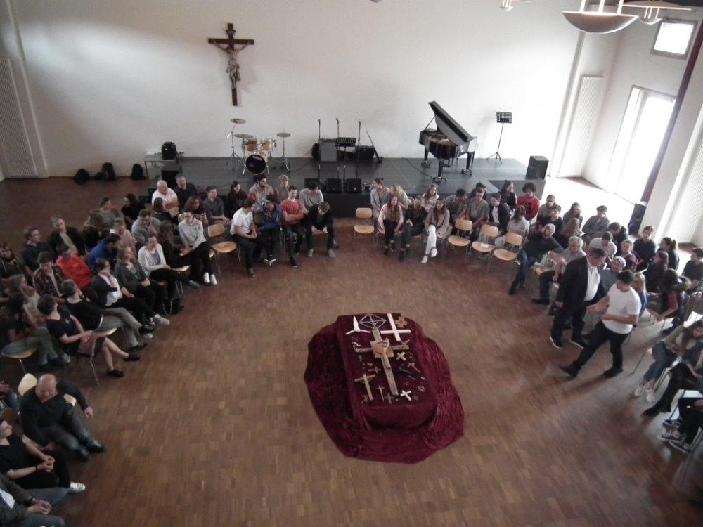 Viele Schülerinnen und Schüler und auch Mitarbeiterinnen und Mitarbeiter hatten persönliche Kreuze in den Gottesdienst mitgebracht.