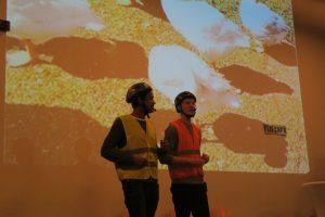 Marcus Reiners und Philipp Goodluck führen vor, welch interessanten Informationen die Seite www.fuenfseensucht.de für Radler zu bieten hat. (Foto: Feistl)
