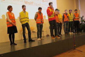 Am Ende der Präsentation stellte sich das komplette Team vor und bedankte sich anschließend bei ihren Kursleitern OStR Feistl und StR Widmann. (Foto: Feistl)