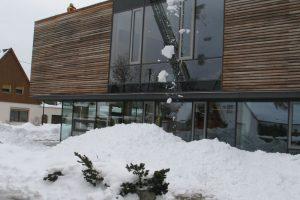 Mit Schneeschippen und Fräsen wird der Schnee vom Dach befördert. (Fotot: Erhard)