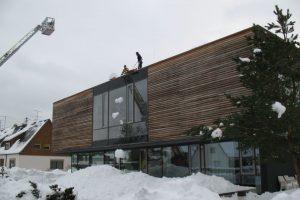 Mit Schneeschippen und Fräsen wird der Schnee vom Dach befördert. (Foto: Erhard)