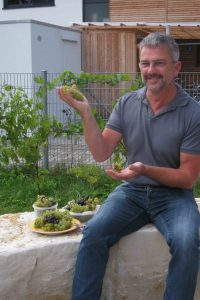 Der Leiter des Umweltteams, Hans Bobe, freut sich über den Ertrag der ersten Lese