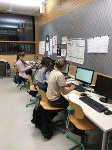 Einige Abiturientinnen und Abiturienten arbeiteten im Computerraum. (Foto: Niehenke)