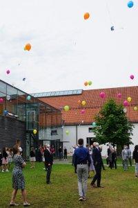 Die Wünsche für die Fachabiturientinnen und -abiturienten steigen mit den Ballons zum Himmel (Foto: Gleixner)