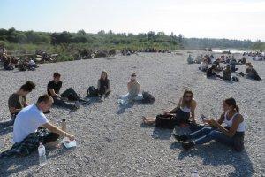 Die Schüler bei der Pause am Kiesbett der Isar III (Foto: Gleixner)