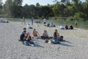 Die Schüler bei der Pause am Kiesbett der Isar II (Foto: Gleixner)